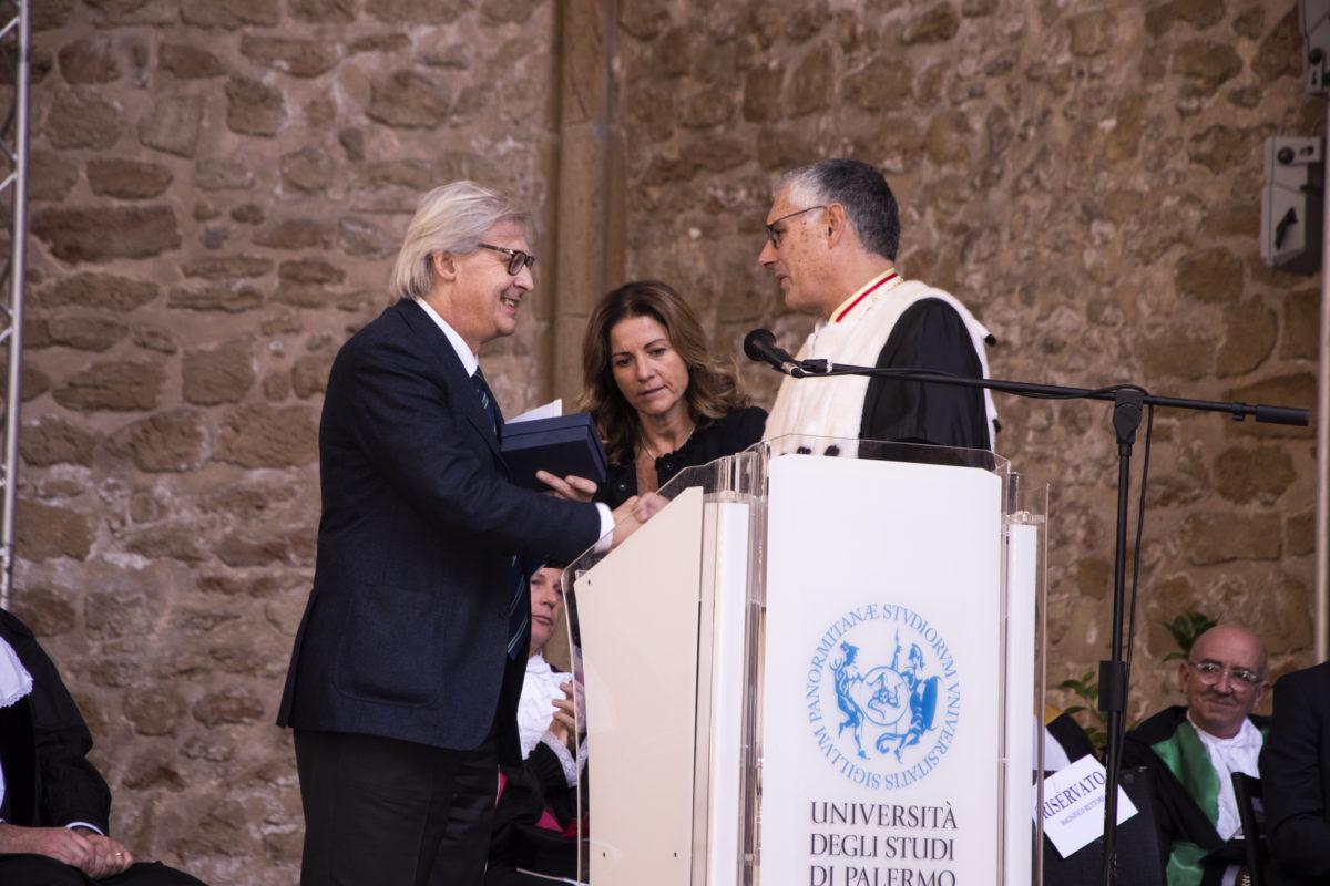 Fabrizio Micari consegna a Vittorio Sgarbi i Frammenti editi da Palermo University Press- Inaugurazione Anno Accademico Università degli Studi di Palermo