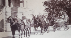 Franca Florio e la cognata Giulia in carrozza al corso dei fiori nel 1906