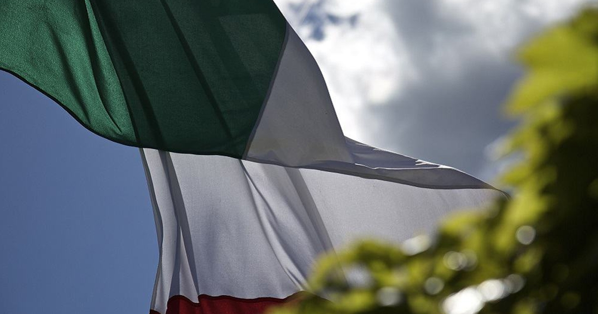 Il cerimoniale, questo sconosciuto: il mancato saluto alla bandiera di Mario Draghi